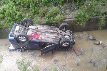 Ô tô tự lùi và rơi xuống con mương vì lỗi bất cẩn của tài xế