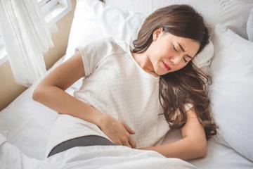 Con gái đau bụng kinh quằn quại, mẹ vẫn kiên quyết không cho dùng thuốc giảm đau