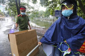 Hà Nội: Người thân đội mưa tiếp tế khu phong tỏa nghìn dân chợ Đại Từ