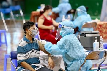 Hà Nội: Người dân ở vùng đỏ tiêm vắc xin như thế nào?