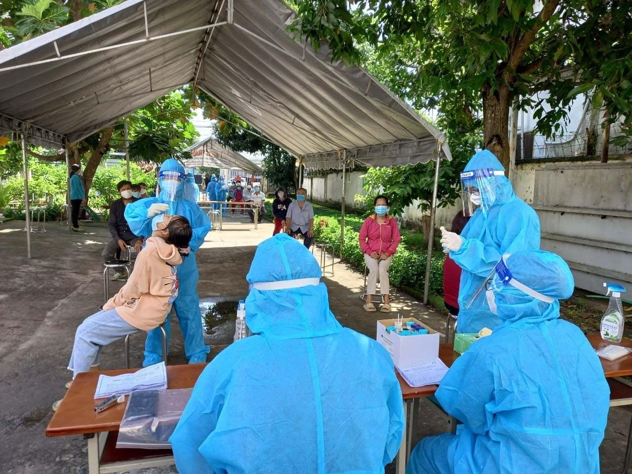 Chuyên gia BV Bạch Mai: 'Cần phân loại phòng hộ cho nhân viên y tế theo vùng xanh, vàng, đỏ'