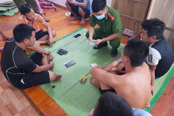 Phát hiện 8 đối tượng có hành vi đánh bạc, công an tạm giữ 4 người