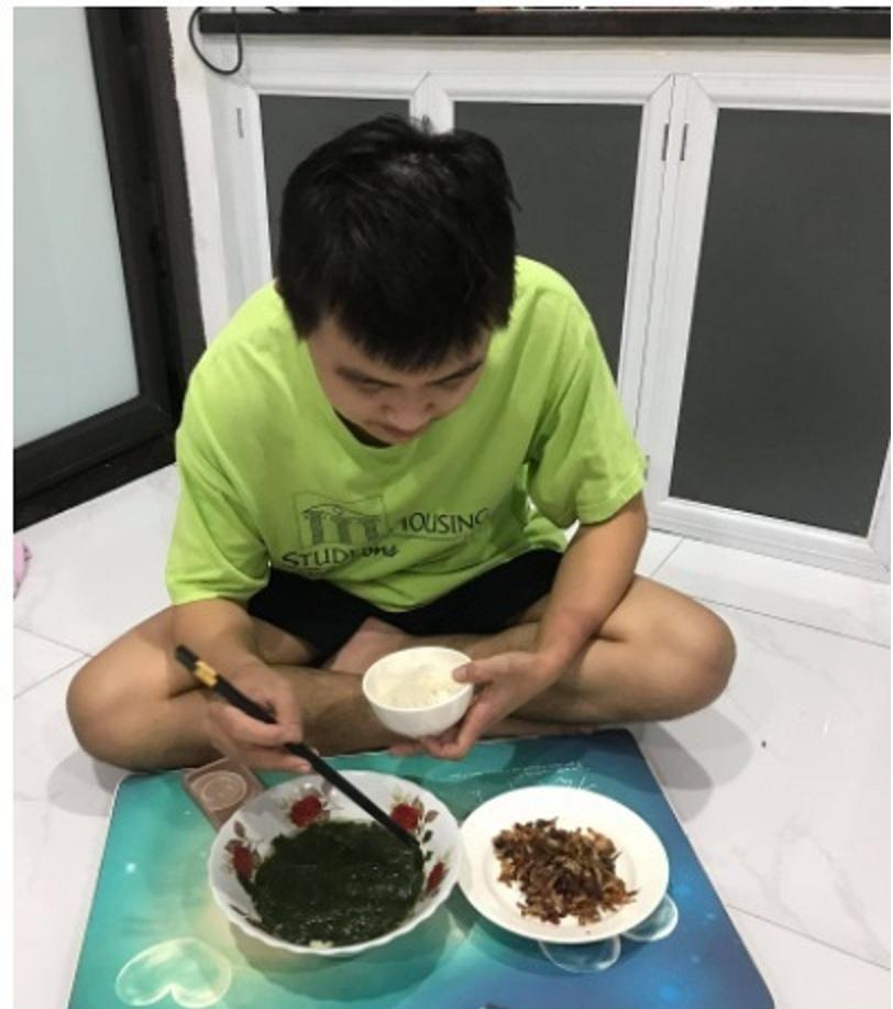 Muôn màu sinh viên 'mắc kẹt' ở Hà Nội: Người ăn cơm cá khô, người tranh thủ kiếm tiền