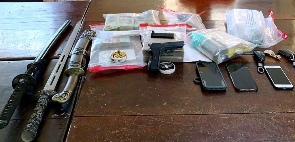 Bắt giữ chủ nhà xe tàng trữ trái phép súng, kiếm và ma túy