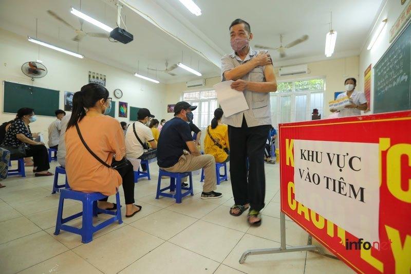 Hà Nội: Điểm tiêm vắc xin Trung Quốc Sinopharm đông đúc, vài người định về, phút chót ở lại tiêm