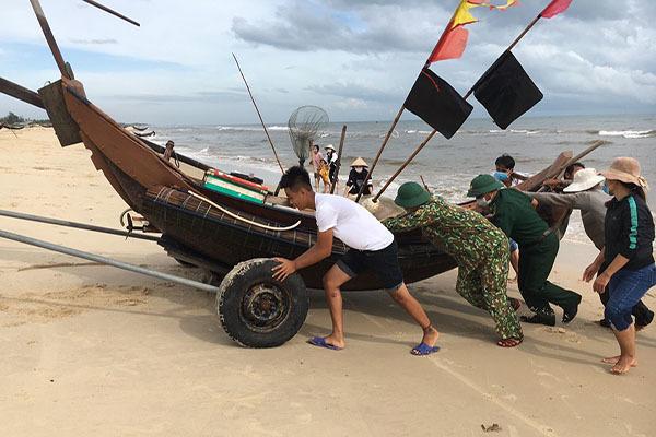 Ngư dân 2 tỉnh kéo gần 3.000 tàu thuyền vào bờ, chằng chặt dây phòng chống bão số 5