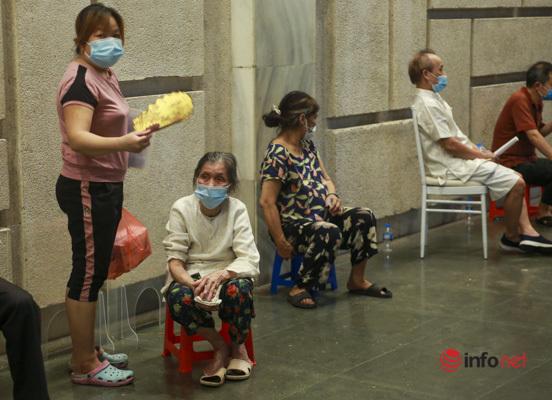 Hà Nội:  Nửa đêm vẫn tiêm vắc xin Covid-19 cho người già, bệnh nền, một điểm tiêm phục vụ 7000 người