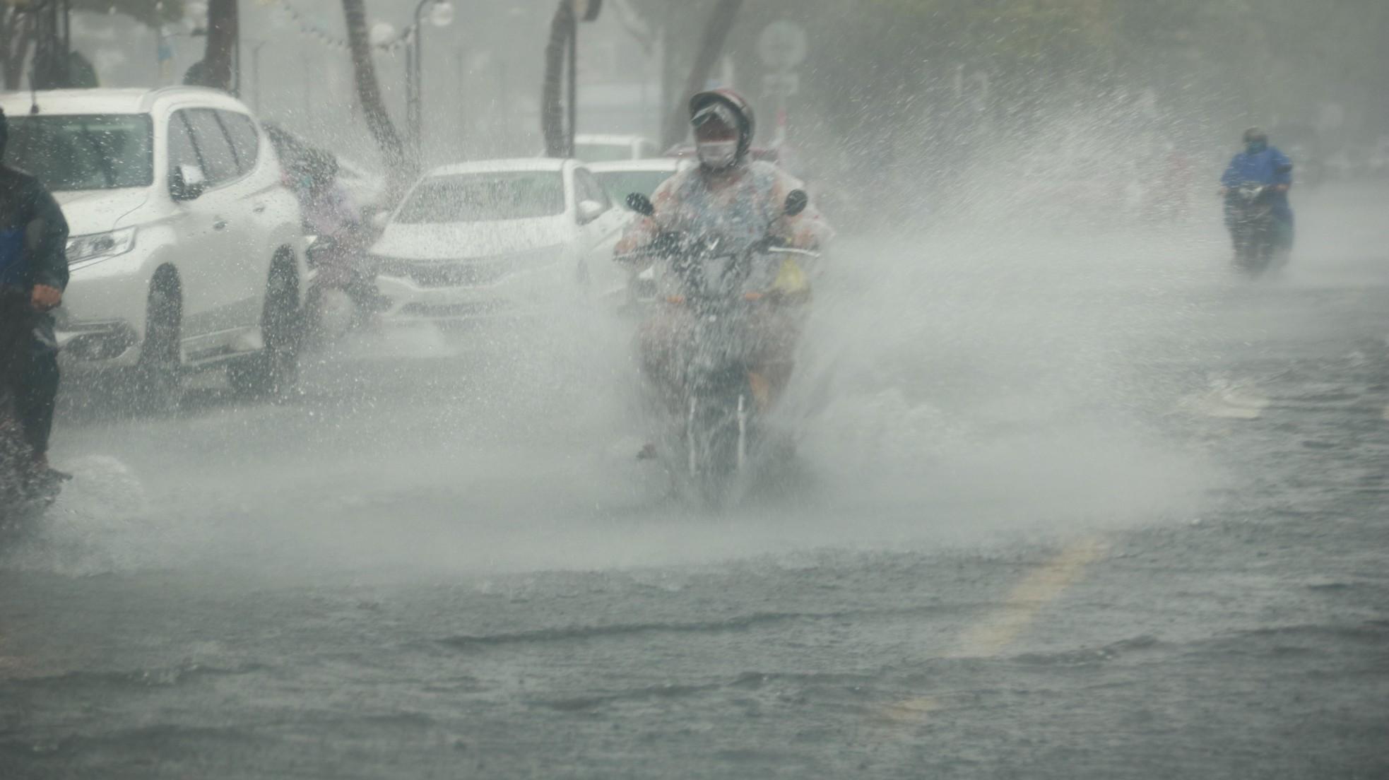Mưa trắng trời trước giờ bão đổ bộ, đường phố Đà Nẵng biến thành sông