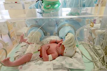 Cứu sống bé 18 ngày tuổi bị Covid-19 kèm viêm ruột hoại tử