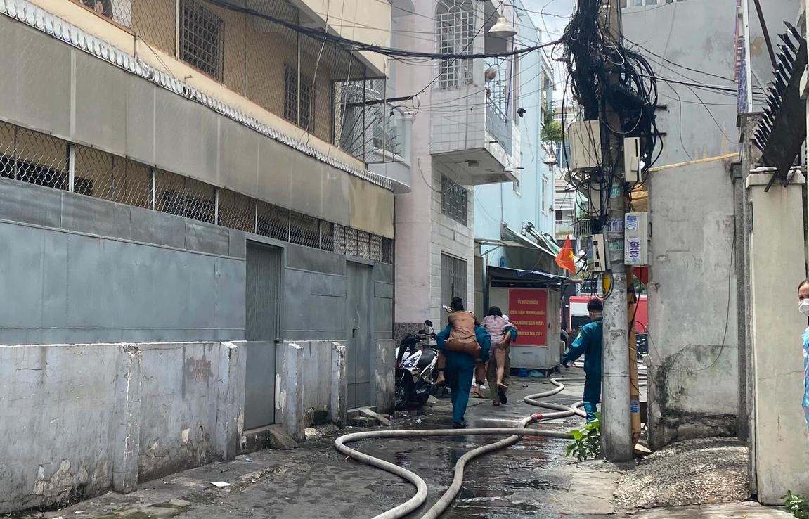 TP.HCM: Nhà 3 tầng cháy dữ dội, 40 người được giải cứu an toàn