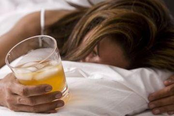 Cô gái uống bia 'say vẫn tỉnh', trước khi hôn mê nảy triệu chứng lạ, suýt mất mạng
