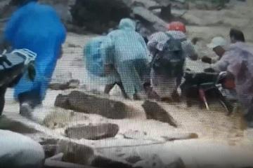 Thót tim cảnh nhóm người vùng cao Quảng Nam vượt lũ
