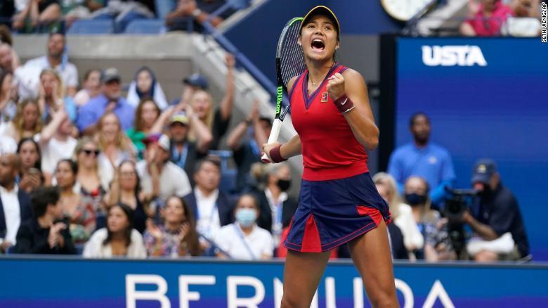 Cô gái 18 tuổi Emma Raducanu chinh phục đỉnh cao quần vợt thế giới nhờ mẹ truyền cảm hứng
