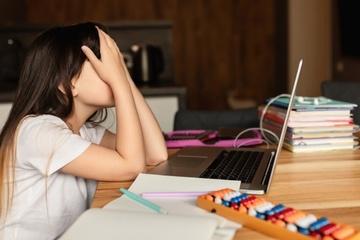 Nữ sinh đang học online hoảng hồn phát hiện tiếng động lạ trong nhà tắm