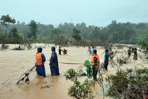Huế: Cứu hộ 5 người dân đi làm rẫy bị nước lũ sông A Sáp cô lập trong rừng