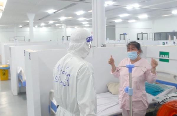Nhân viên y tế chăm sóc F0 tại trung tâm hồi sức: 'Vất vả nhưng vui vì người bệnh ra viện ngày càng nhiều'