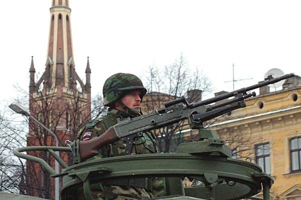 Lính NATO tập trận, bắn súng loạn xạ giữa phố khiến người dân kinh hãi
