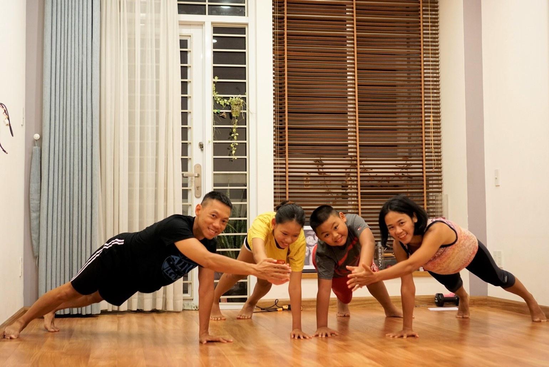 Bác gái sáng tạo màn tập thể dục tại nhà khiến dân mạng 'phục sát đất'