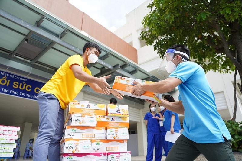 Vinamilk ủng hộ thêm 5 tỷ đồng sản phẩm và thiết bị y tế cho trung tâm hồi sức tích cực và bệnh viện tuyến đầu