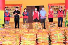 Hà Tĩnh: Gần 1000 áo phao được trao tặng cho người dân vùng rốn lũ Hương Khê