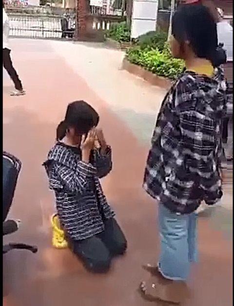Nữ sinh Thanh Hóa bị tát nhiều cái vào mặt, quỳ gối xin lỗi giữa sân trường