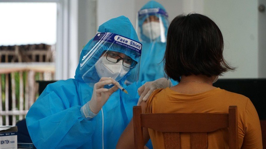 Trà Vinh,Giám đốc,Trung tâm y tế,tiêm vắc xin,sai đối tượng,vắc xin,cách chức