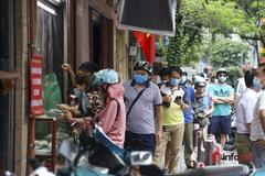 Xếp hàng dài kín đường chờ mua bánh Trung thu ở Hà Nội