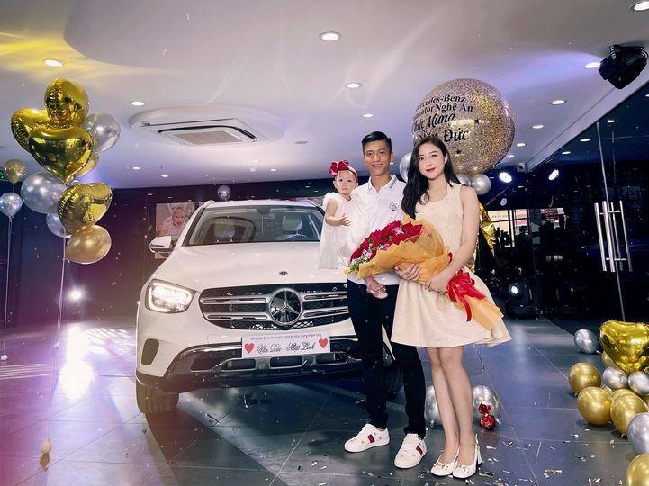 Fan ngưỡng mộ Văn Đức tặng vợ xe hơi tiền tỷ, Nhật Linh lập tức đính chính 'xe này mới là của em'