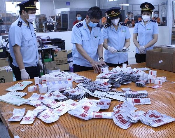 Bắt giữ hơn 60.000 viên thuốc điều trị Covid-19 ''ngụy trang'' trong kiện hàng thực phẩm