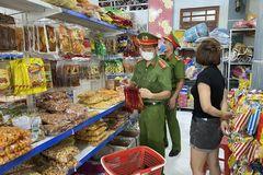 Bắc Giang: Bánh kẹo, bánh trung thu trôi nổi 'lọt' vào khách sạn, tiêu hủy hơn 9.000 sản phẩm không nguồn gốc