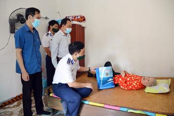 Tặng quà hỗ trợ nhân dân vùng biển Vĩnh Bảo gặp khó khăn do dịch bệnh