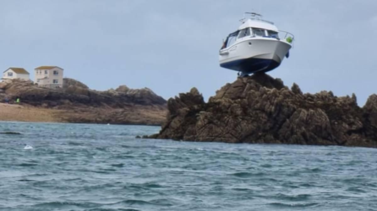 Tàu mắc kẹt trên đỉnh một mỏm đá cao 3 mét trong sự cố hi hữu