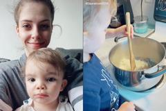 Bà mẹ dạy con 18 tháng tự nấu ăn khiến dân mạng kinh ngạc