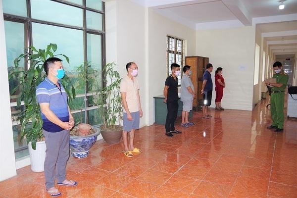 Hải Dương: 6 người tụ tập đánh bạc bị bắt quả tang, công an thu giữ gần 140 triệu tiền mặt
