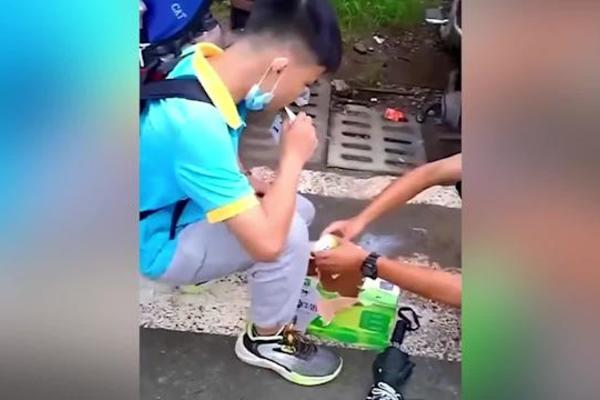 Hai nam sinh cố uống hết thùng sữa 24 hộp vì không được mang vào trường
