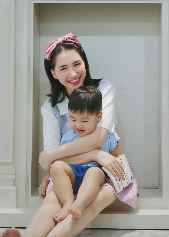 Ủy thác cho bé Bo tặng tiền và cảm ơn bác lao công, Hòa Minzy nhận ngàn lời khen về cách dạy con