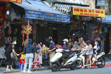Phố Hàng Mã 'tất bật' mở cửa bán hàng Trung thu
