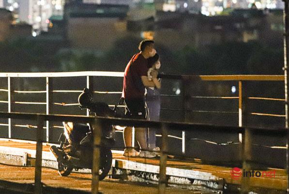 Hà Nội vừa 'nới lỏng', nhiều người biến cầu Long Biên thành nơi hẹn hò, tụ tập