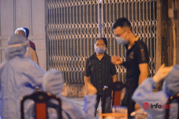 Lấy mẫu xét nghiệm,lấy mẫu xét nghiệm trong đêm,ổ dịch phường Việt Hưng,Long Biên,Hà Nội