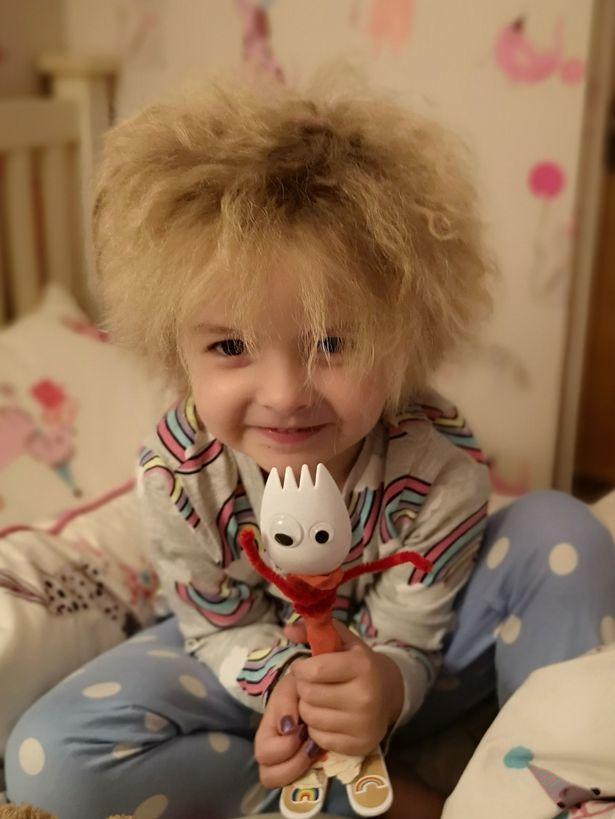 Cô bé tóc xù giống Albert Einstein bị bạn bè trêu chọc, người lạ sờ mó: Cha mẹ dạy con cách đáp trả tuyệt vời!