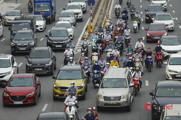 Hà Nội tắc đường, người xe rầm rập đổ vào nội thành ngày cuối giãn cách