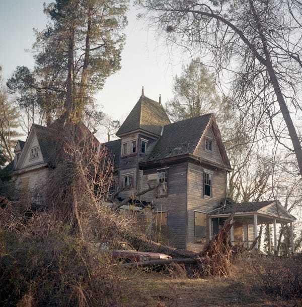 Ám ảnh những căn nhà bỏ hoang 'đóng băng trong quá khứ' ở Mỹ