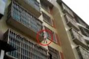 Bé gái kẹt cổ vào giữa 2 thanh chắn 'chuồng cọp' chung cư khi bà vắng nhà