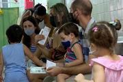 Cận cảnh quốc gia đầu tiên trên thế giới tiêm vắc-xin Covid-19 cho trẻ từ 2 tuổi