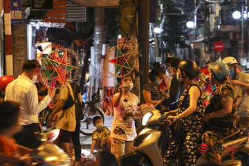 Hà Nội: Người dân đổ ra đường đi chơi Trung thu, phố cổ tấp nập