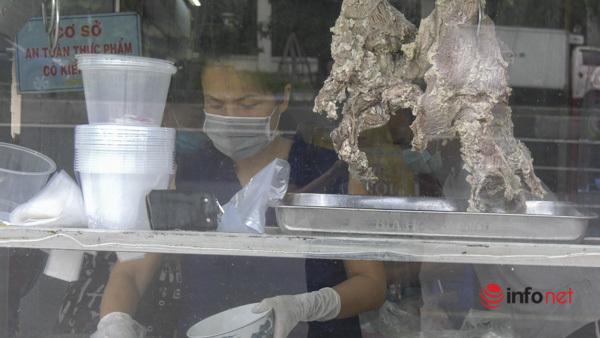 Hà Nội: Nhà hàng, quán cà phê mở cửa dè dặt, lo thu tiền lẻ cầm chắc lỗ