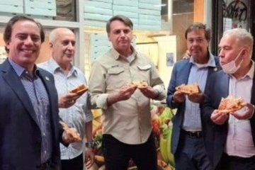 Chưa tiêm vắc xin, Tổng thống Brazil phải đứng ngoài đường ăn pizza ở New York