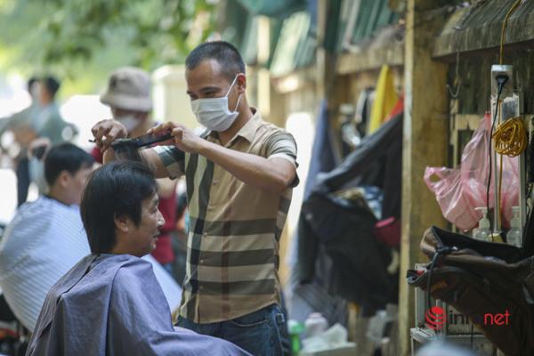 Hà Nội: Ngày đầu tiệm cắt tóc mở lại, thợ luôn tay không có phút nghỉ