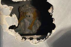 Kinh hãi phát hiện bức thư 'chết chóc' trên tay búp bê vải trong căn nhà cũ