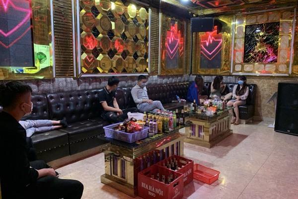 Quán karaoke ngang nhiên mở cửa phục vụ khách, bị xử phạt hơn 100 triệu đồng